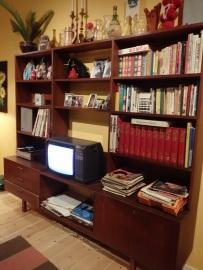 Mummolan olohuoneen kirjahylly