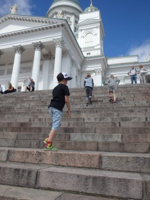 Helsingin tuomiokirkon portaat on juostava ylös